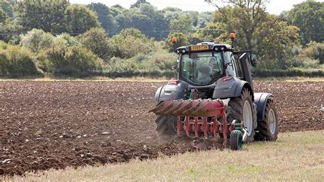 Video: Valtra T174 Versu tractor on test - Farmers Weekly