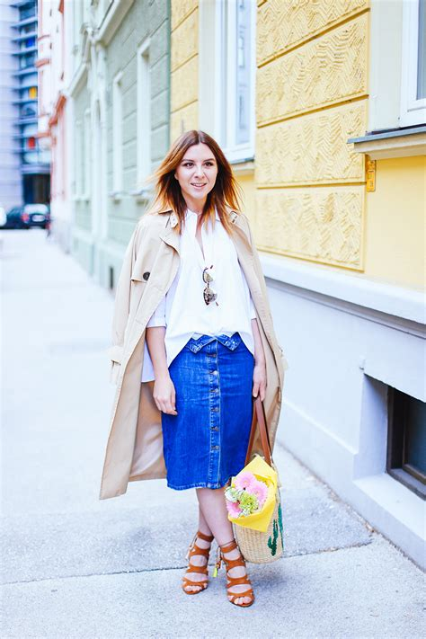 jeansrock-outfit-kombinieren-trenchcoat-weisse-bluse